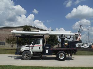2006 INTERNATIONAL 4300 11FT FLATBED 62 FT WORK HEIGHT ALTEC LRV57 MODEL BOOM