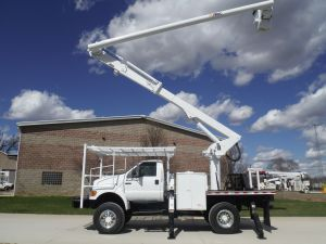 2005 FORD F750 11 FT FLATBED 62 FT WORK HEIGHT ALTEC LRV57 REAR MOUNT MODEL BOOM