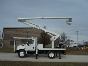 2004 INTERNATIONAL 4300 10 FT FLATBED 60 FT WORK HEIGHT ALTEC LRV55 REAR MOUNT MODEL BOOM