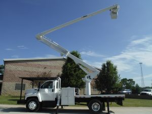 2006 GMC C7500 11 FT FLATBED 62 FT WORK HEIGHT ALTEC LRV57 REAR MOUNT MODEL BOOM
