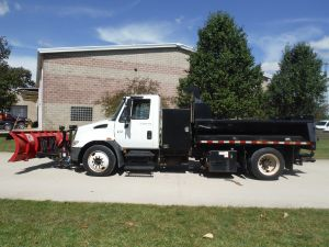 2002 INTERNATIONAL 4400 10 FT BOSS SNOW PLOW 12 FT BED WITH SALT SPREADER