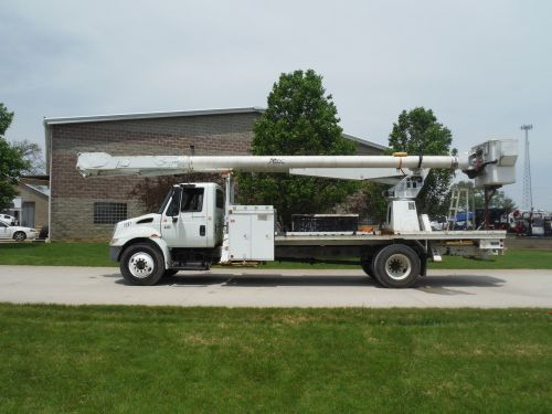 2005 INTERNATIONAL   3400 14' FLATBED 72' WORK HEIGHT ALTEC AM 900 REAR MOUNT MODEL BOOM