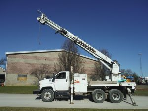 2009 CHEVROLET C8500, 12' ALTEC FLATBED, 50' SHEAVE HEIGHT 3 SECTION HYDRAULIC ALTEC D2050-BR DIGGER DERRICK