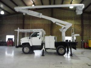 2006 GMC C7500 4X4 10' ALTEC FLATBED, 62' WORK HEIGHT ALTEC LRV57 REAR MOUNT MODEL BOOM