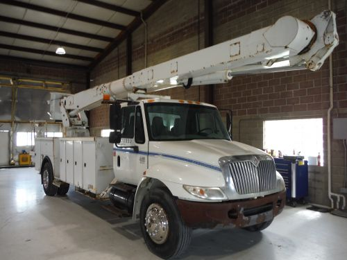 2003 INTERNATIONAL 4400, 23' ALTEC UTILITY BED, 72' WORK HEIGHT ALTEC AM900