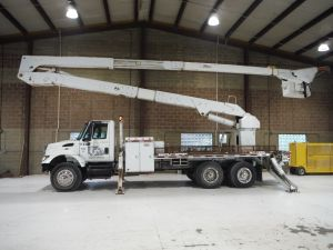 2005 INTERNATIONAL 7400 6X4, 18' ALTEC FLATBED, 75' WORK HEIGHT ALTEC AM900 BOOM W/ MATERIAL HANDLER
