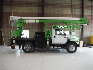 2008 FORD F750, 10' ARBORTECH FLATBED, 62' WORK HEIGHT AERIAL LIFT 82525ILIH MODEL BOOM