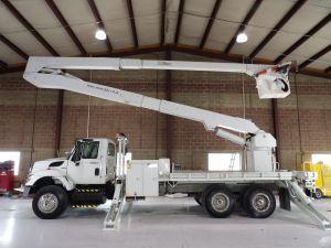 2009 INTERNATIONAL 7400 6X4 22' ALTEC FLATBED, 82' WORK HEIGHT ALTEC A77-T MATERIAL HANDLER MODEL BOOM