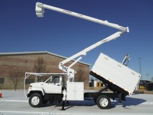 2002 GMC C7500 11 ft. Southco chip box 60 ft. work height Terex Hi-Ranger XT55 Model boom